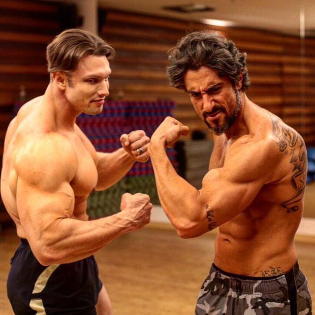 Sem camisa, Marcos Mion e Paulo Muzy mostram os músculos durante ensaio. Foto: Divulgação