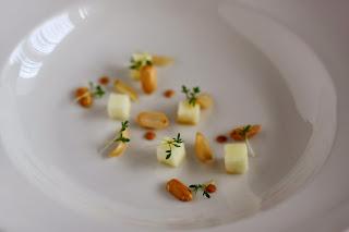 vegán vegetáriánus karórépa leves krémleves savanyú alma földimogyoró krém földimogyorókrém kerti zsázsa konfitált fokhagyma