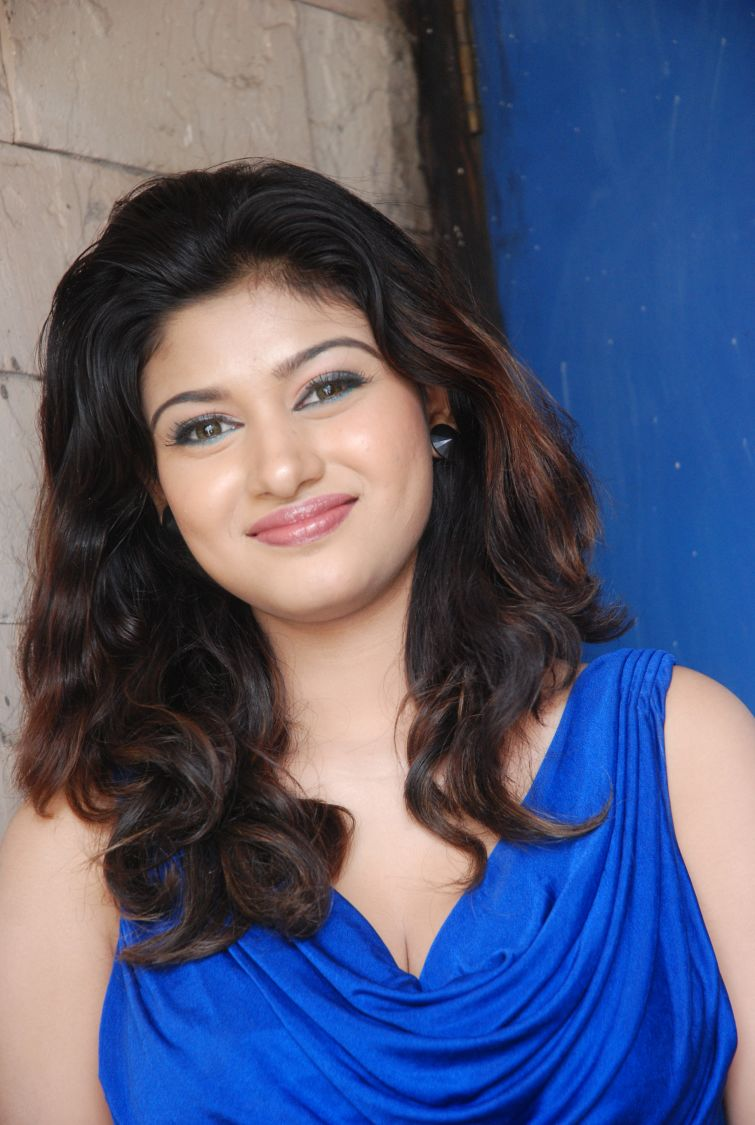 Oviya in Blue Dress at Azhagan Azhagi Audio Launch