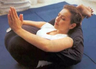 thalia sexy haciendo yoga en pose con piernas en la cabeza