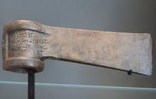 Hache de combat en bronze avec inscription cunéiforme