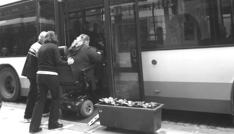 Persona discapacitada subiendo a un autobús urbano en Jaén