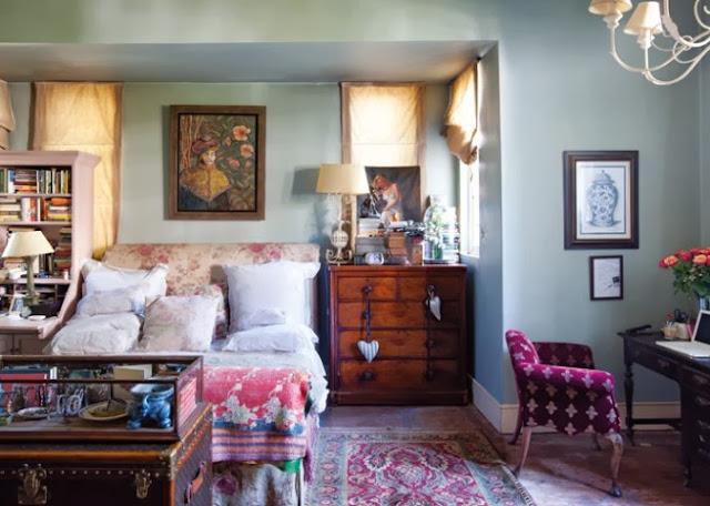 Design sypialni przytulnej i pełnej bibelotów