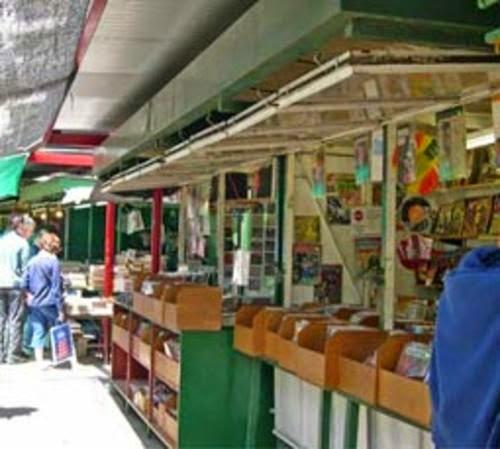 Casetas de libreros en el Parque Centenario