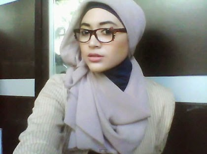 Kreasi Simple Jilbab Paris untuk Wanita Berkacamata 4