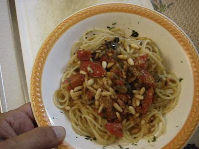 spaghetti gratinati con pinoli tostati e capperi