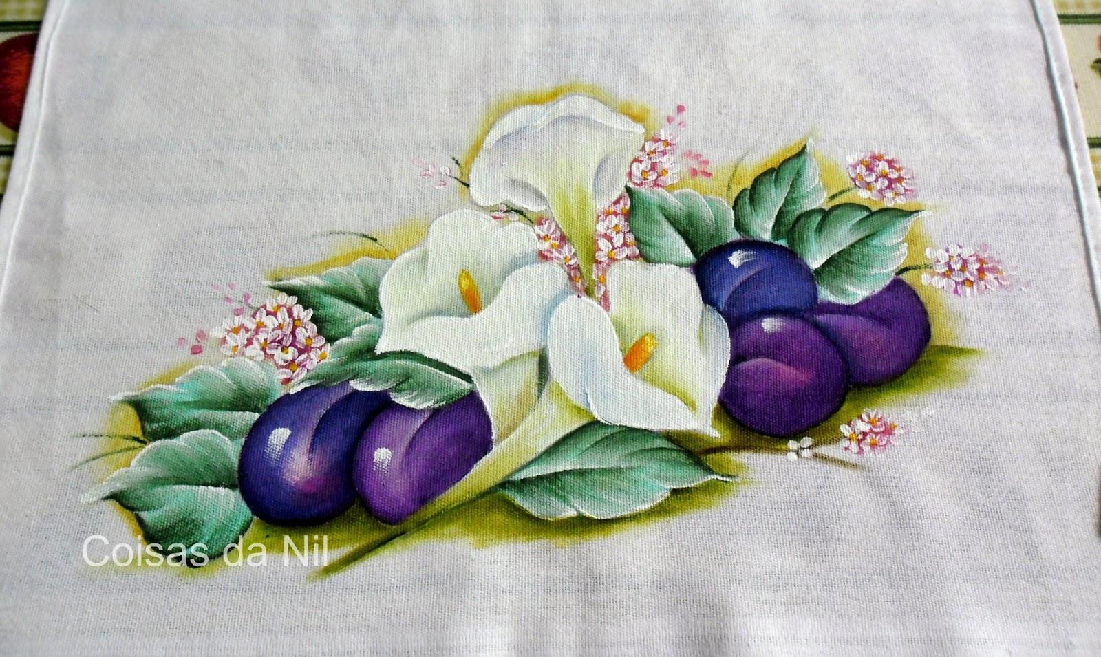 Pintura em tecido - Pano de copa com copos de leite e ameixas.