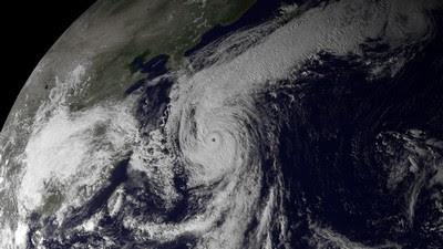 Taifun ROKE vor Japan: Hochauflösendes Satellitenfoto kurz vor Sonnenaufgang am 21. September 2011, Satellitenbild Satellitenbilder, Hurrikanfotos, Hurrikan Satellitenbilder, Roke, Japan, September, 2011, Fotos Fotogalerie,