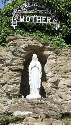 Gruta de Lourdes em Carfin, Escócia.  Por todo lado é o mesmo afluxo de graças.