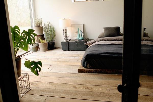 indie bedroom inspiration low bed floorboards and houseplants