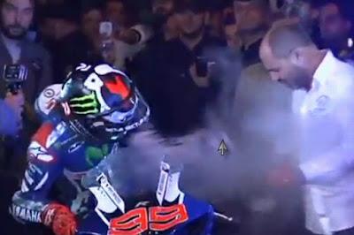 Video Terbakarnya Kaki Jorge Lorenzo di Pesta Juara Dunianya