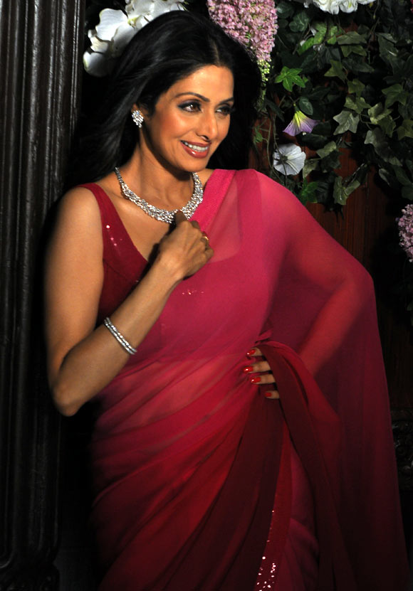 http://1.bp.blogspot.com/--RMEOIjggD0/UV_3pbmDUCI/AAAAAAABYNU/GkDXO9u5Vd4/s1600/sridevi-photo-shoot-tanishq+(4).jpg