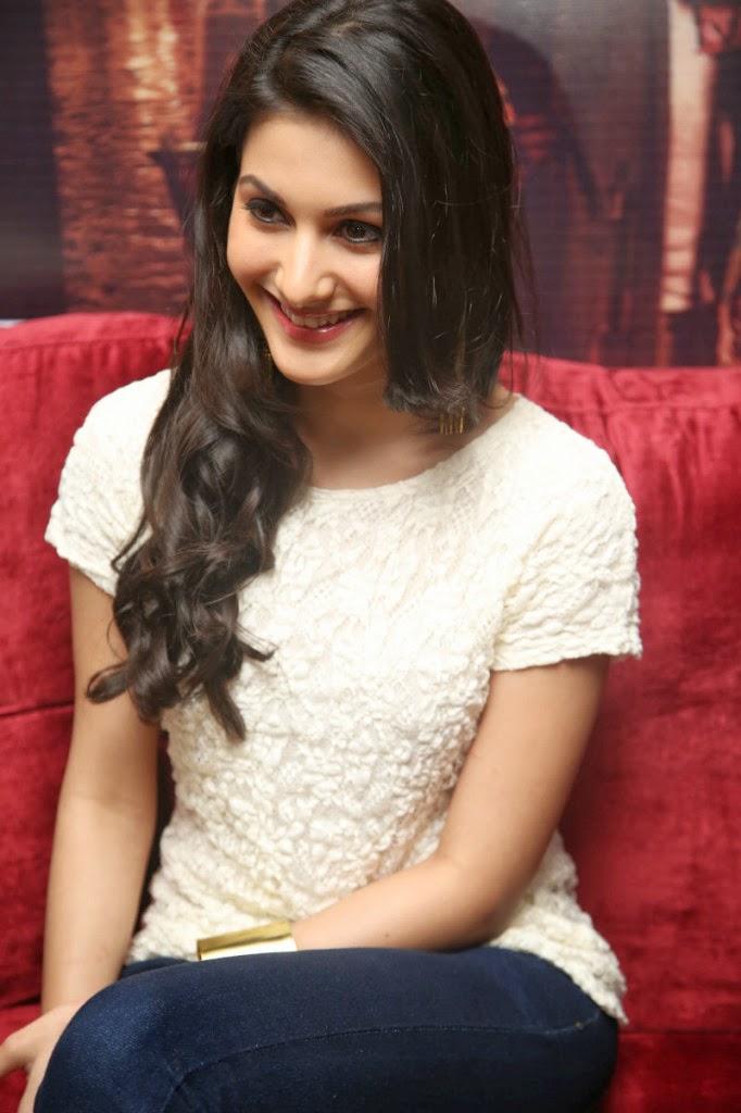 Actress Amyra Dastur pics at Issaq movie press meet photos Images ...
