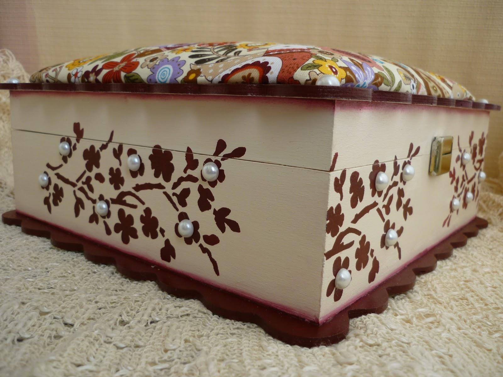 caixa de madeira pintada com tampa almofadada e forrada a tecido caixa  #9C742F 1600x1200