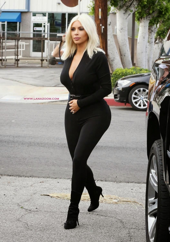 كيم كارداشيان كعادتها في ملابس ضيقة تظهر مؤخرتها الكبيرة