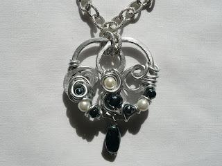 Gioielli wire, filo di alluminio, ciondolo - Lo stupore; Umetnički nakit, privezak - Čudjenje