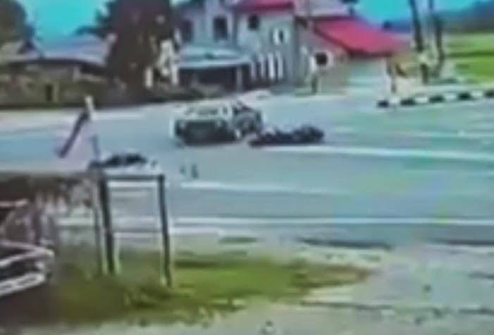 Video Motosikal Kemalangan Dengan Kereta Yang Berhenti Di Tengah Persimpangan
