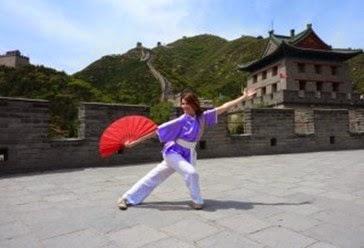 Marie-Gabrielle Dunoyer pratique l'éventail en Chine