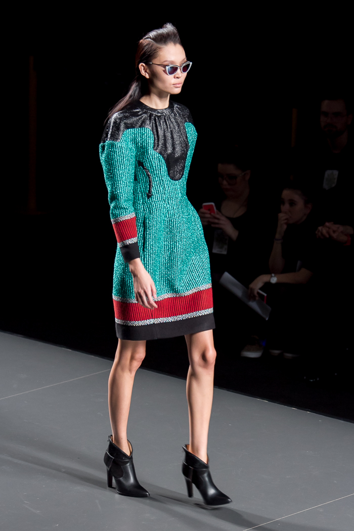 Vestido verde mini botines cowboy de ANA LOCKING diseñadora Fashion Week Madrid moda WOWS
