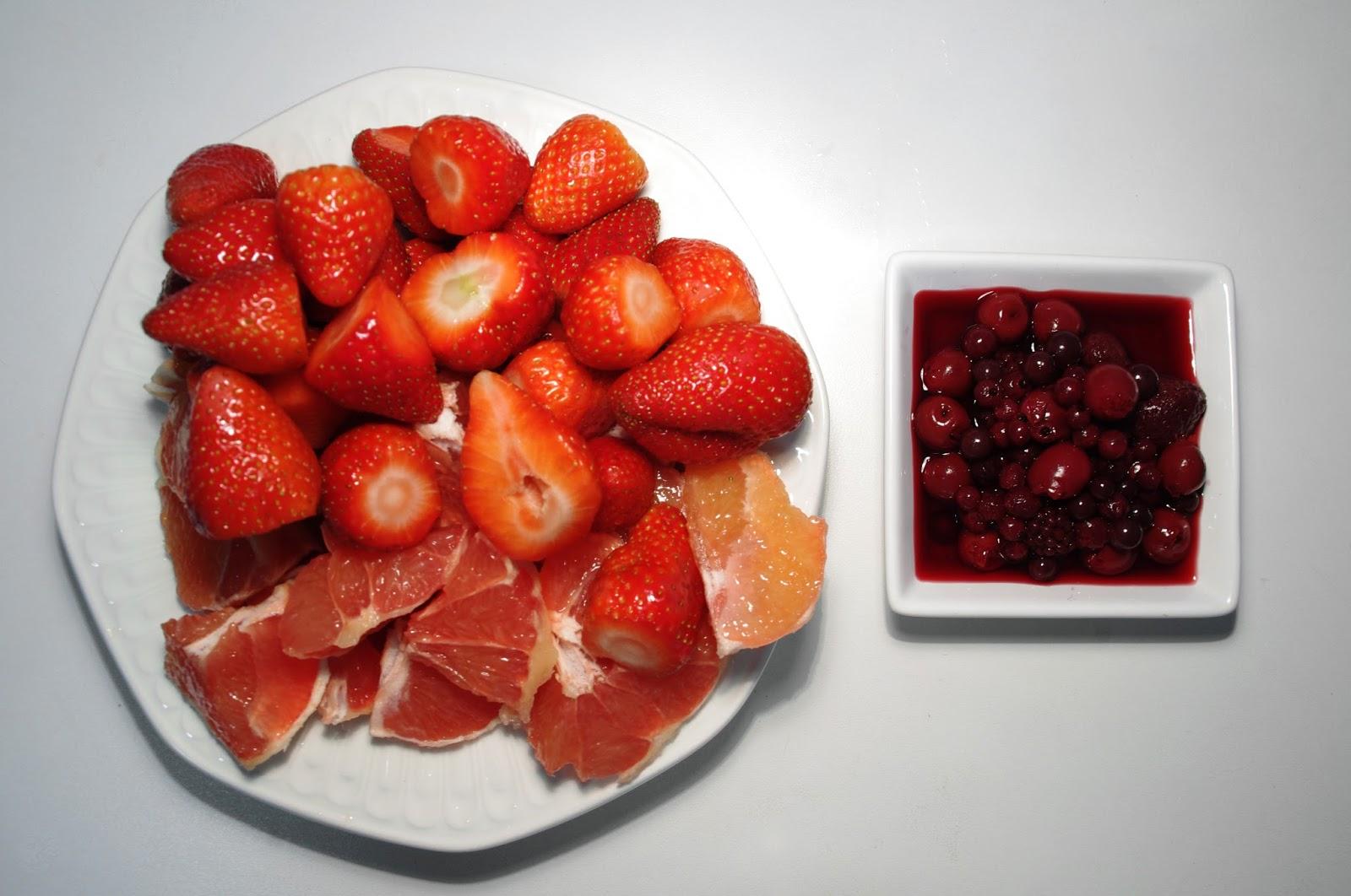 pomelo, fresas y frutos del bosque