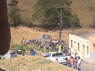 Mata Grande: Ônibus fica sem freios, cai em ribanceira e deixa duas pessoas feridas