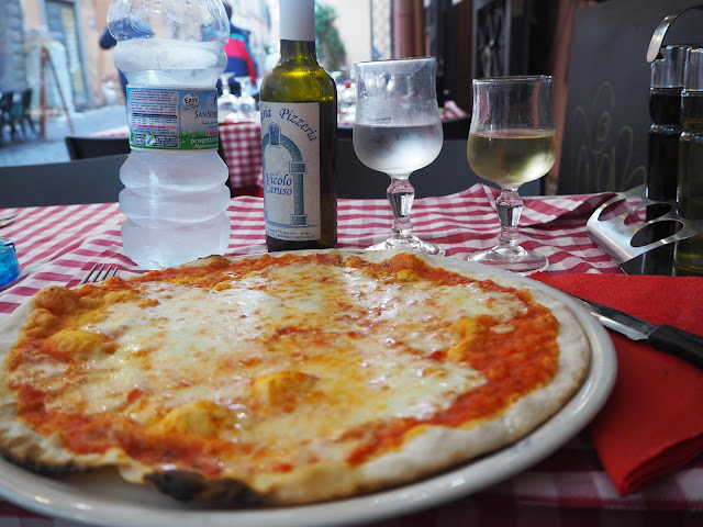 pizza, pasta, italia, italy, rooma, roma, rome, trastevere, ristorante, travel, matkat, ideas, tips, ideat, vinkit, kokemukset, matka vinkit, matka ideat, travel ideas, travel tips, travels, matkustaa, pizza, viini, vino, white wine, wine, vino bianco, terassi, terace, syödä, juoda, italia, kokemus,