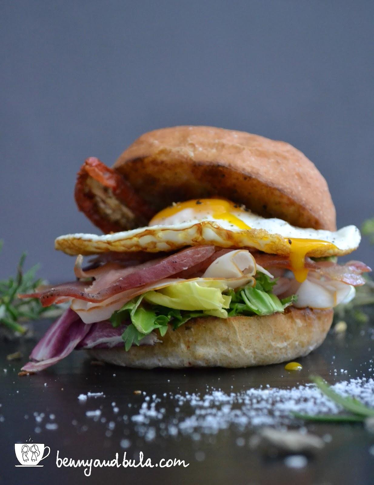 ricetta Carbonara Burger con uovo pecorino guanciale e panini integrali aromatizzati con rosmarino e origano/egg sandwich recipe