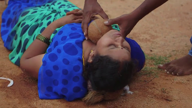 عجائب الدنيا وهل تعلم - امرأة هندية تسمح لزوجها بكسر جوز الهند من على حلقها بسيف
