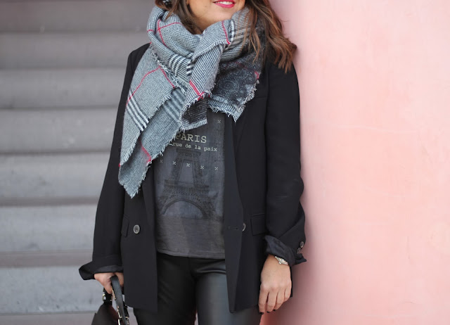 photo-streetstyle-look-leatherpants-tartanscarf