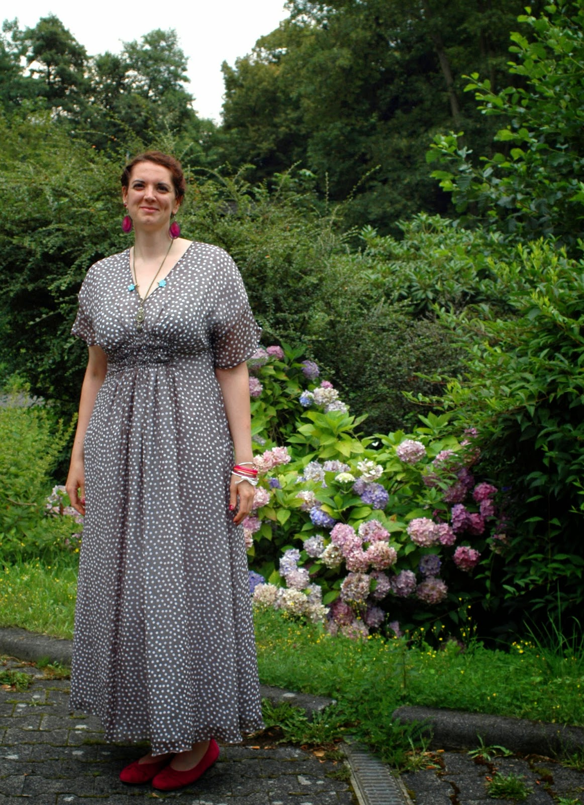 http://morvenshandmades.blogspot.de/2014/07/polkadot-wedding-guest-dress-in-maxi.html