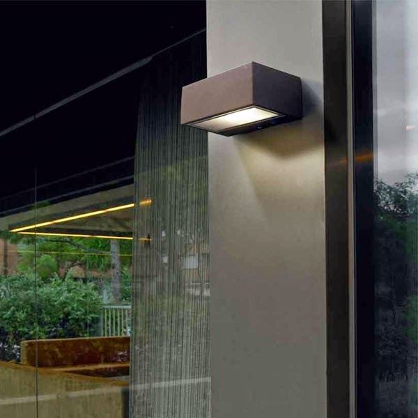 Dolce hogar consejos para iluminar cada zona de tu jard n - Plafones para exteriores ...