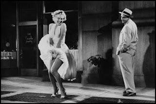 Marilyn Monroe y Tom Evell en La tentación vive arriba