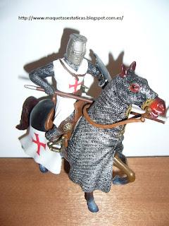 figura a escala de un caballero templario a caballo