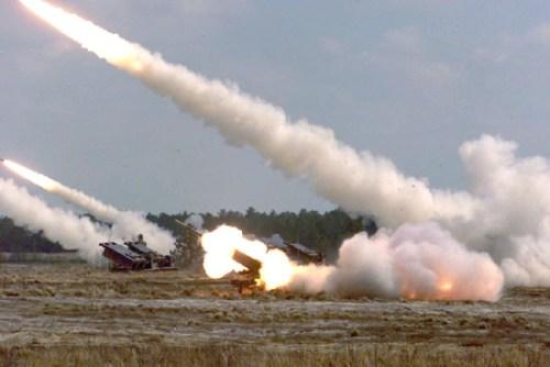 menembakkan rudal dari kendaraan taktis FMTV