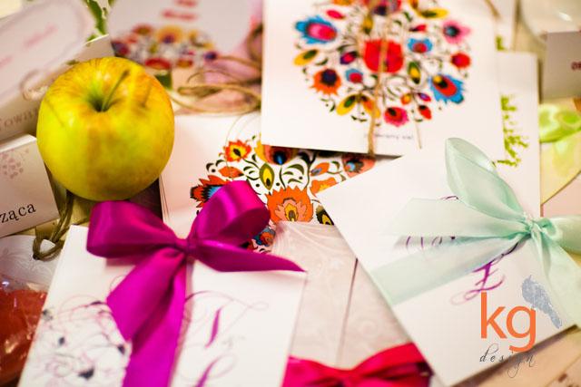 targi ślubne w Krakowie, zaproszenia ślubne Bochnia, oryginalne i nietypowe zaproszeni na ślub, zawieszki na alkohol, etykiety na wódkę, zdjęcie drukowane na płótnie, podziękowanie dla gości, podziękowanie dla rodziców, plakat usadzenia gości, nadruk na płycie ślub, dodatki ślubne, dodatki weselne, poligrafia ślubna, projekt indywidualny, wyjątkowe zaproszenia na ślub, zaproszenia na ślub cywilny, artystyczne zaproszenia, zaproszenia slubne vintage, zaproszenia ze sznurkiem, folk, zaproszenie z motywem gipsówki, niecodzienne zaproszenia ślubne, zawiadomienie ślubne, gabriela kmiecik, kg design