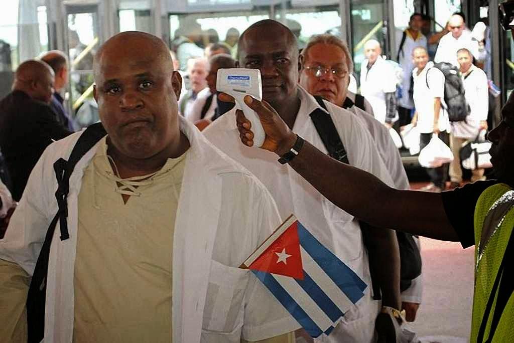Médicos cubanos chegam ao aeroporto de Monrovia, capital da Libéria.
