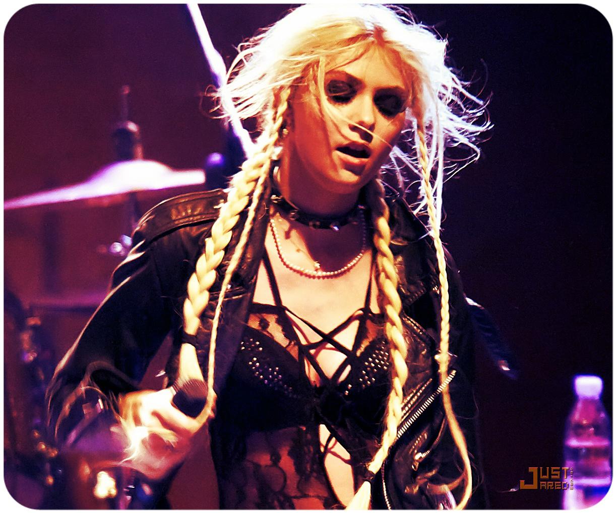http://1.bp.blogspot.com/--W-CrvaoNww/UBvrEuwep0I/AAAAAAAAEIo/yHSWo-7336g/s1600/taylor-momsen-sala-caracol-with-the-pretty-reckless-06.jpg