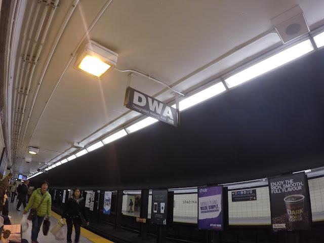 Designated Waiting Area (DWA) na estação de metrô de Toronto, Canadá.