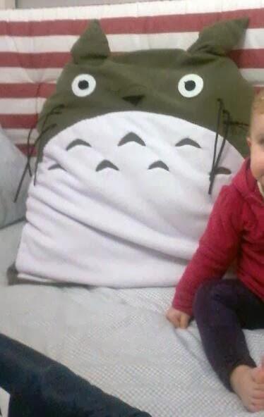 cojin Totoro con nena