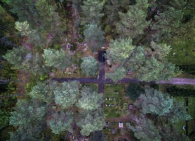 Ortodoksinen hautausmaa ja taivaalle näkyvä risti