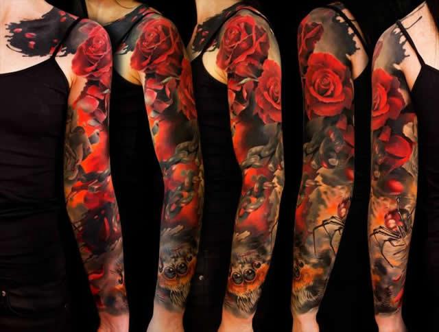 Tatuagem feminina no braço rosas vermelhas