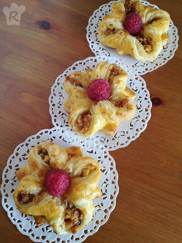 Flores de hojaldre, frutos secos y frambuesas