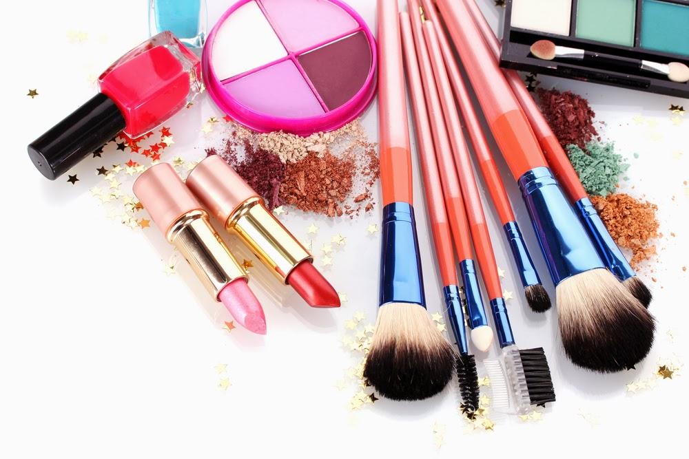 Vários produtos de maquiagem