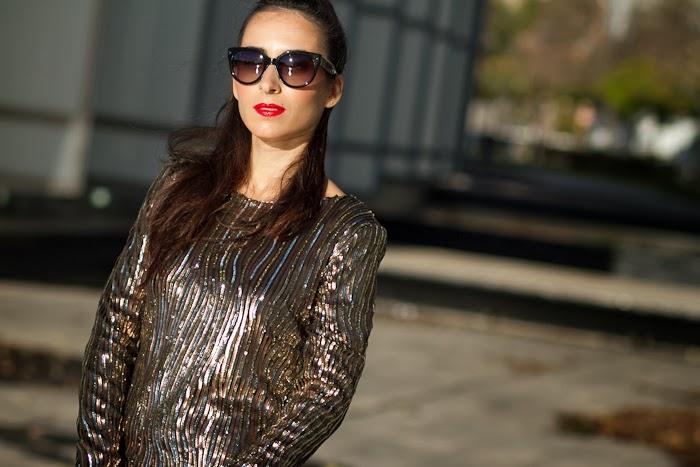 Bloguera de moda con Vestido dorado de lentejuelas y labios rojos para la fiesta de final de año