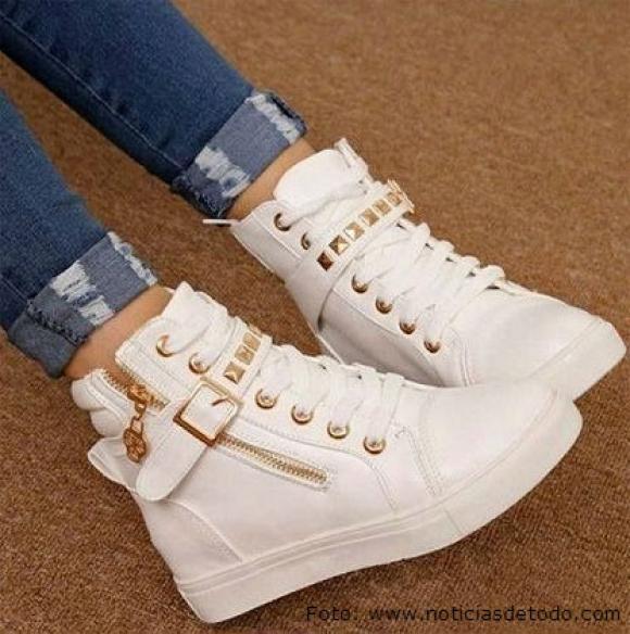 mujer con zapatos jordan