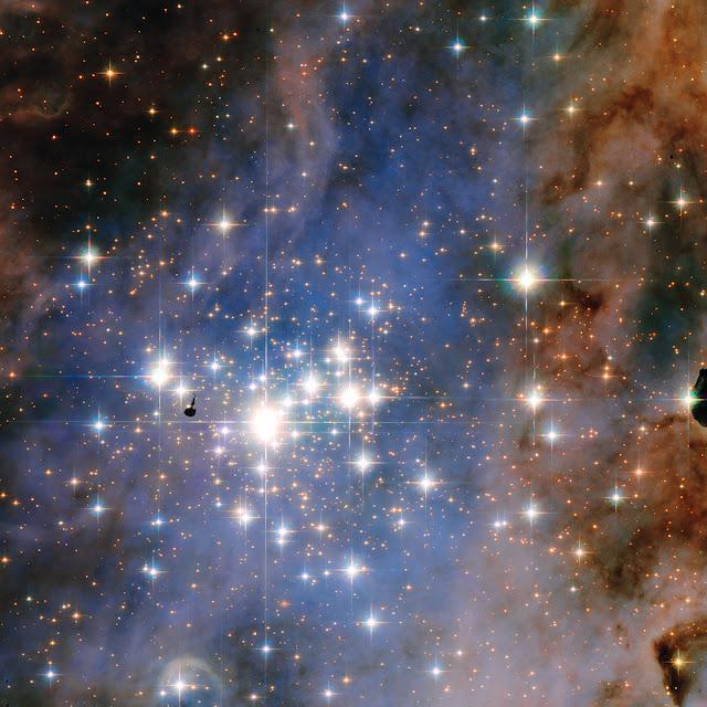 Trumpler 14 - Tấm thảm đính những vì sao kim cương rực rỡ. Bản quyền hình : NASA, ESA, and J. Maíz Apellániz (Viện nghiên cứu Vật lý Thiên văn ở Andalusia, Tây Ban Nha).