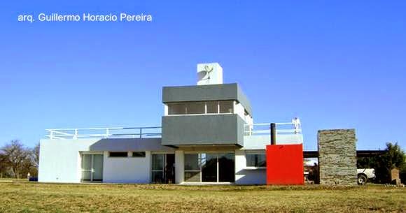 Fachada norte de casa contemporánea en Villa Mercedes, San Luis