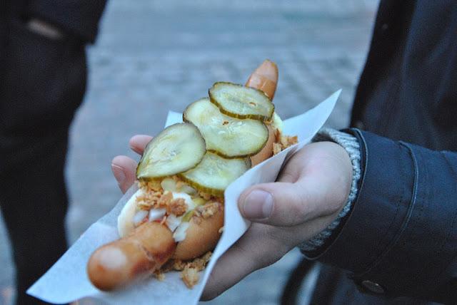 Hot Dog auf die Hand