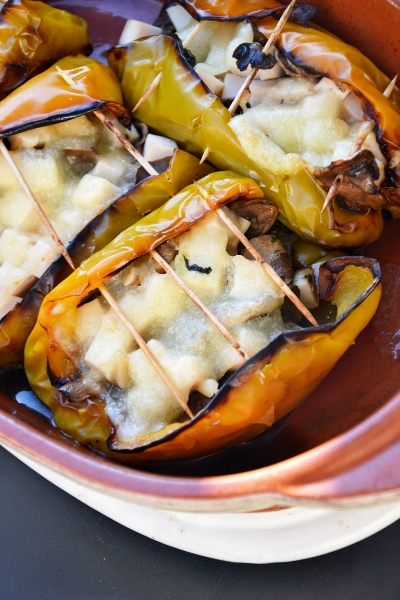 peperoni al forno con champignon, cubetti di prosciutto cotto e pecorino al pinolo