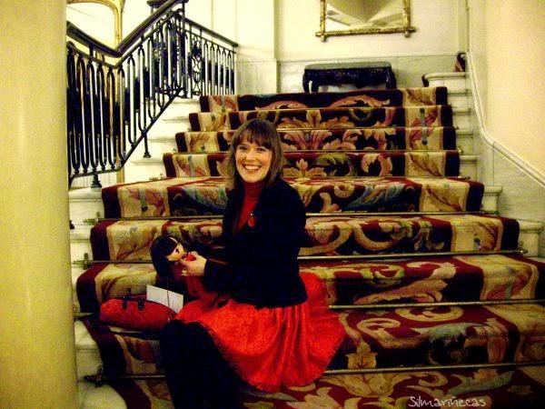 silvia y basaak doll en las escaleras del hotel carlton